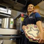 Hon serverar delikatesser från Etiopien
