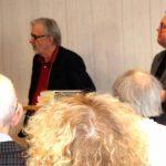 Entusiaster träffas och samtalar i kyrkan