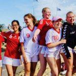 Tuff och somrig beachhandboll i Åhus för Sannadals tjejer