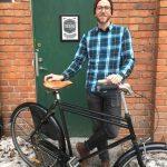 Hängiven cykelrenoverare öppnar cykelaffär och verkstad