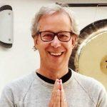 Yogaliv anlitar SVT-profil för välgörenhetsyoga