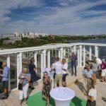 Mingelfest med utsikt när takterrass på Liljeholmskajen invigdes
