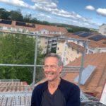 Här byggs ett av Stockholms största solcellsprojekt