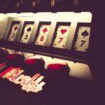 Att spela på slotmaskiner – landbaserat eller online?