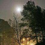 Bilder: Supermånen tittade fram i tät dimma