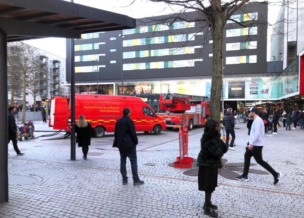 brandbilar och personer utanför gallerian i liljeholmen