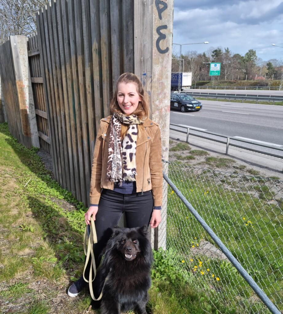 kvinna med hund vid bullerplank