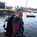 Lärare tappade guldring i Hägerstenshamnen – dykare hjälte