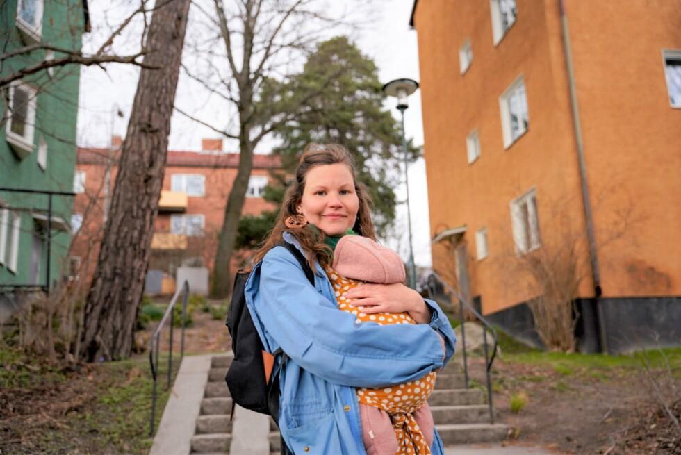 Emelie Muntrakis bär sin bäbis