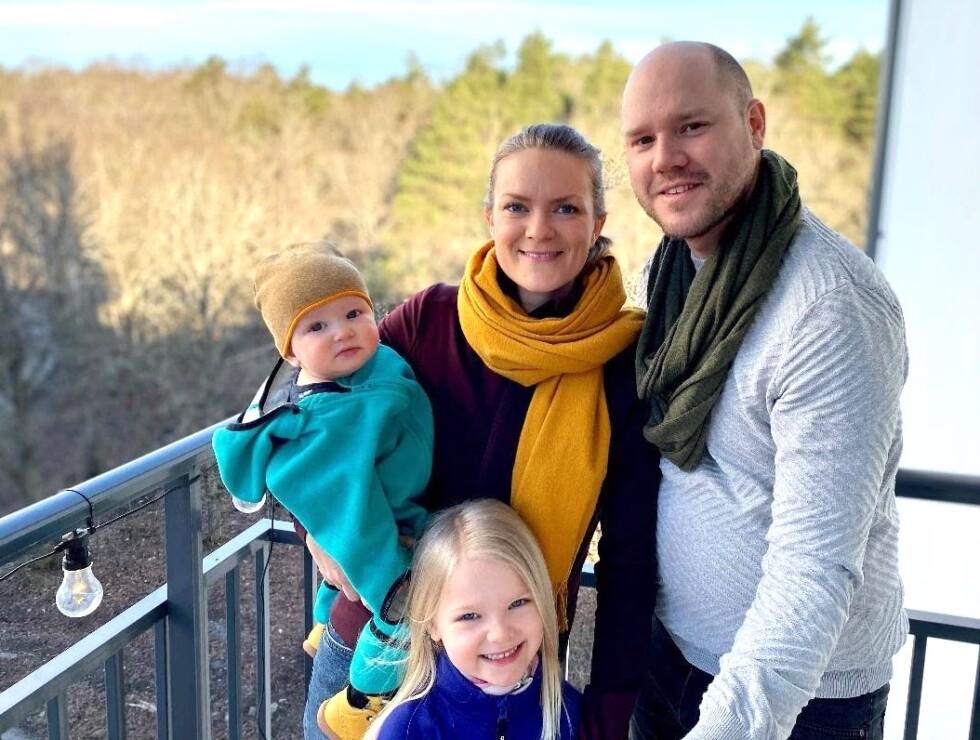 Familj står på balkong