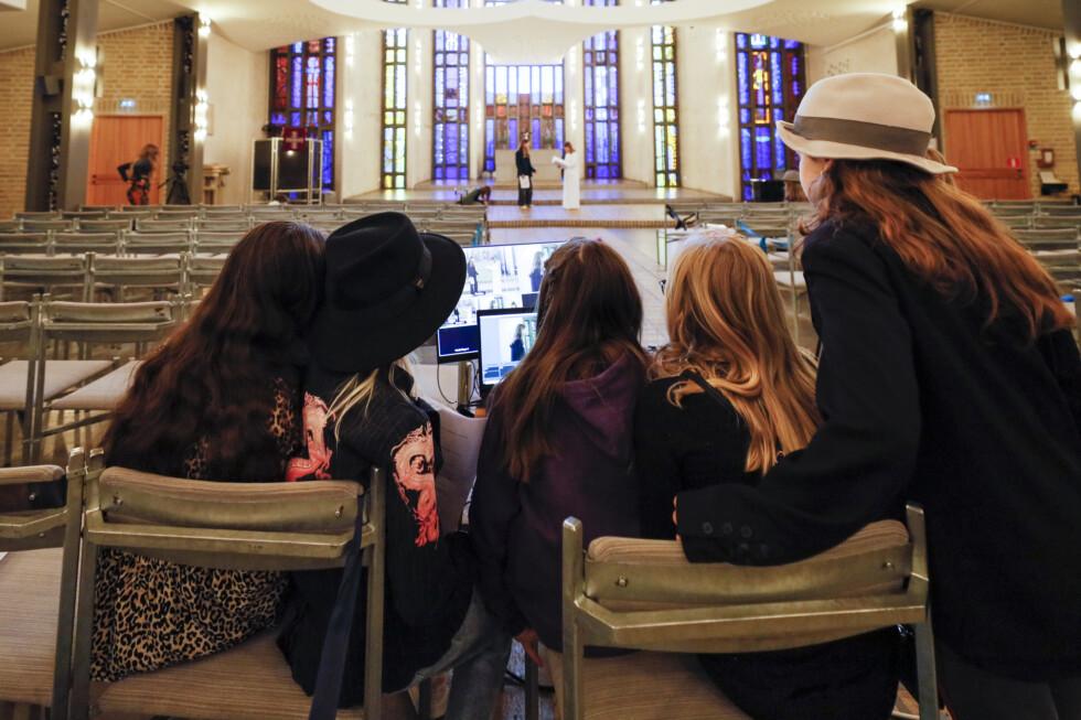 barn spelar in musikal i kyrka