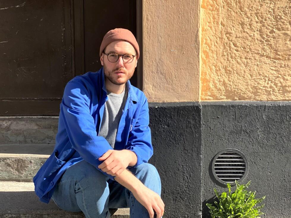 Författare Jarl sitter på en trappa