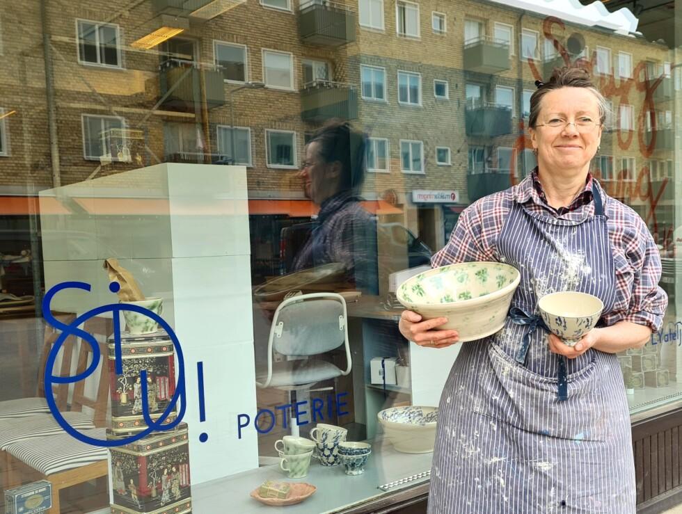 Konstnären Sissel Wibom utanför sitt skyltfönster i Västertorp