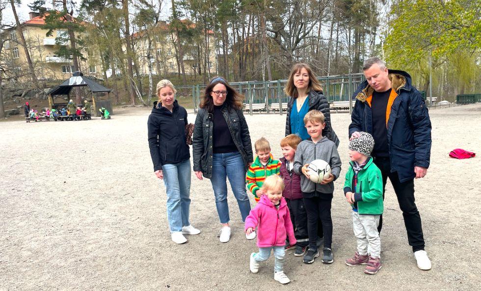 barn och föräldrar i park