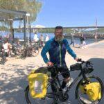 Fredrik cyklar genom hela landet för psykisk ohälsa