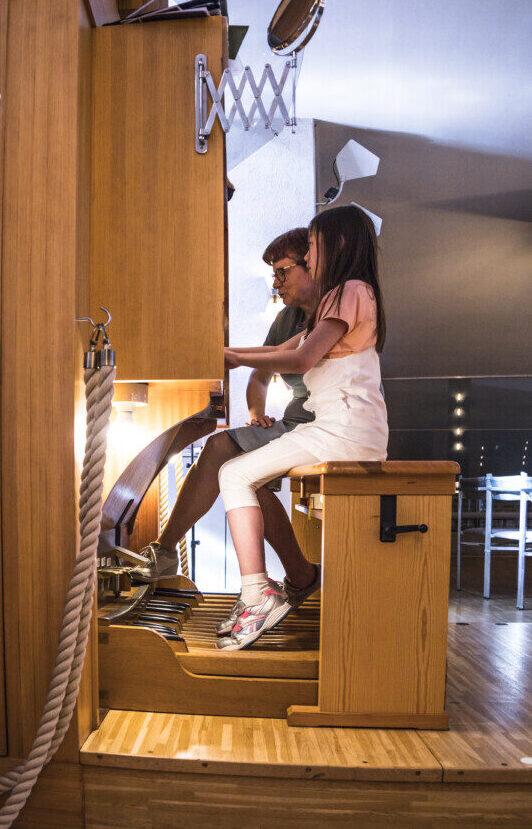barn spelar orgel