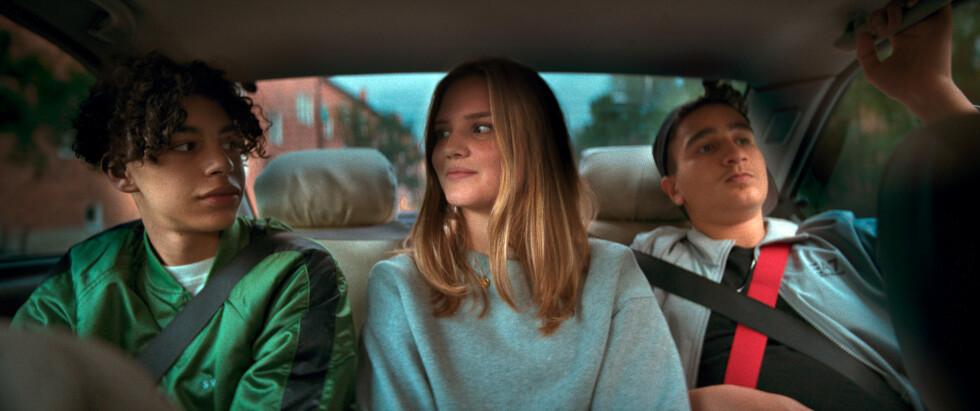 ungdomar i baksätet på bil