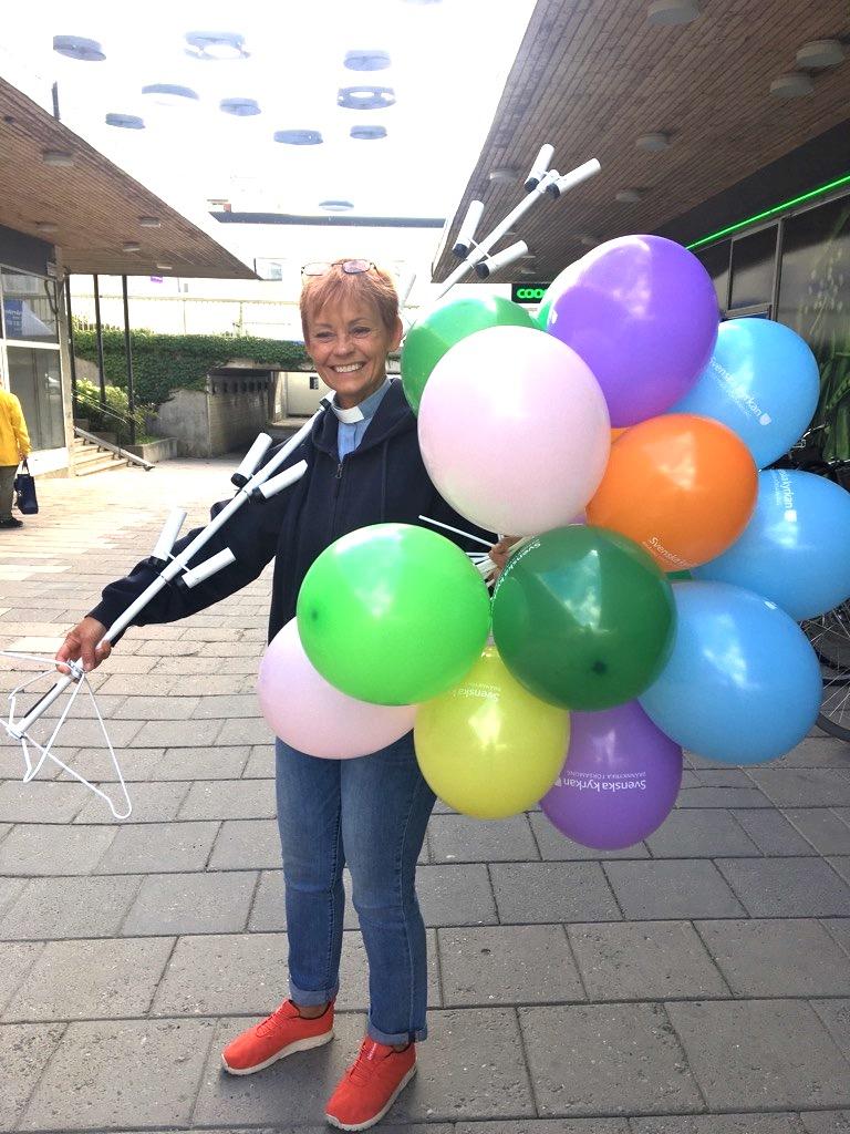 kyrkoherde - kvinna med ballonger